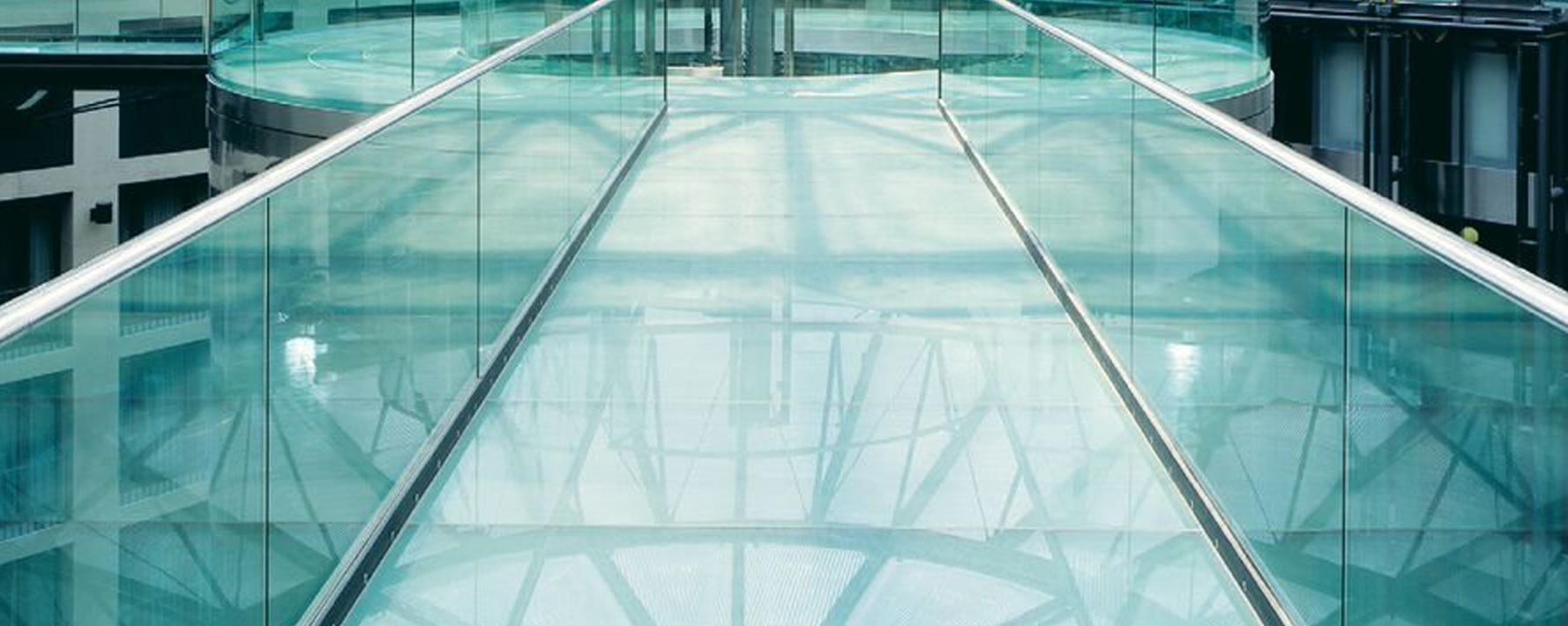 Doorgang in glas met glazen vloertegels LITE-FLOOR van Saint-Gobain Building Glass