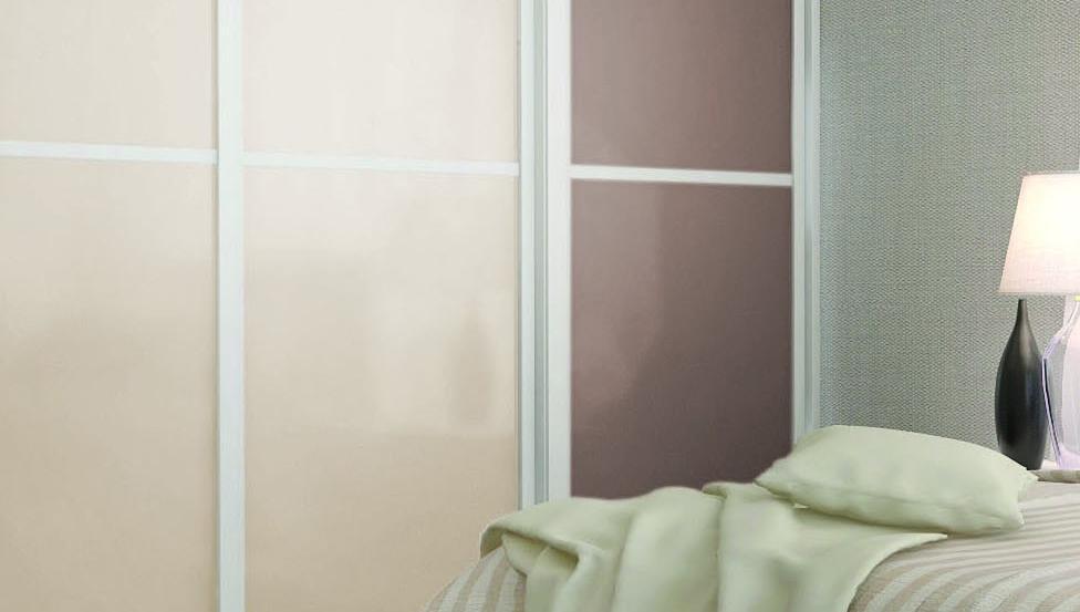Chambre avec des placards en verre laqué pour la belle intérieur