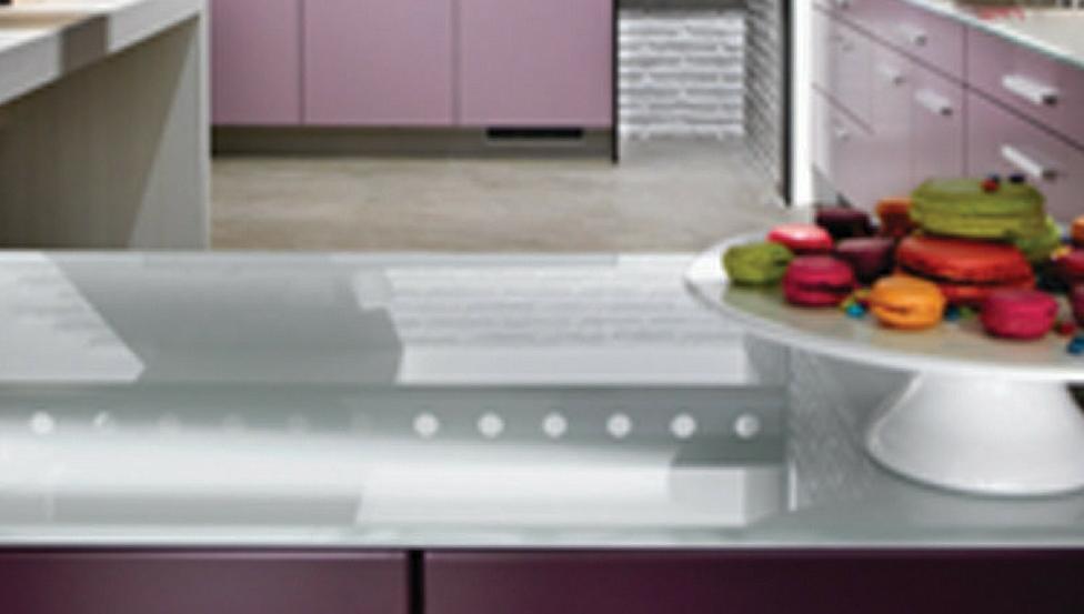 Mooie & originele glazen wandbekleding in de keuken met DECOLIT van Saint-Gobain Building Glass