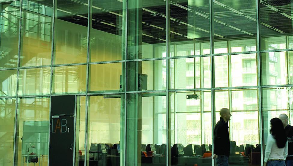 Façade d'immeuble comportant un vitrage acoustique STADIP SILENCE